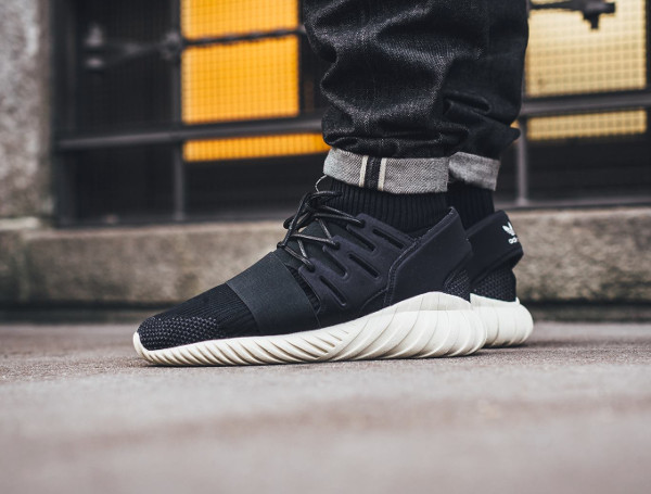 Adidas Tubular Doom Primeknit Black Cream White pas cher (1)