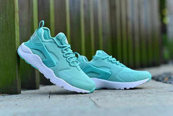 La Hyper Turquoise, une sneaker à la couleur vive, attire l\u0027attention.  Appréciez en images cette petite beauté à acquérir en prévision du  printemps.