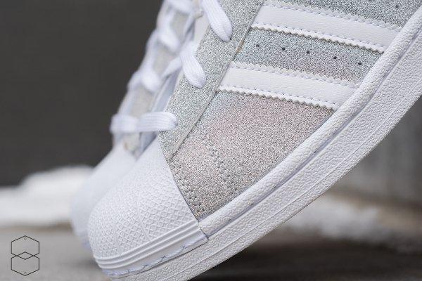 100% authentique 18fe6 539b9 Des paillettes argentées pour la Adidas Superstar W