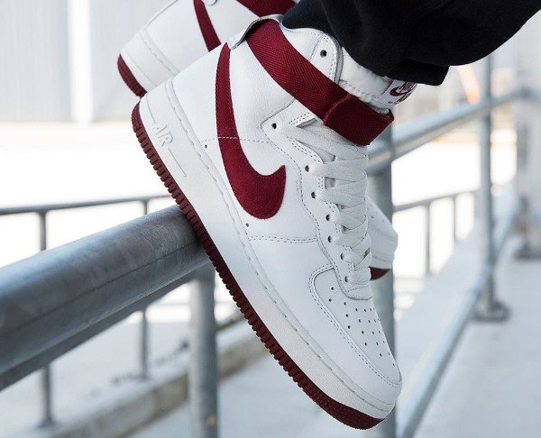 Nike Air Force 1 High Retro QS Team Red pas cher (1)