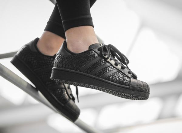 La Adidas Superstar W se met au motif reptile brillant