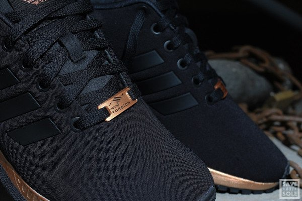 Gros plan sur la Adidas ZX Flux 'Bronze' Black Copper Metallic