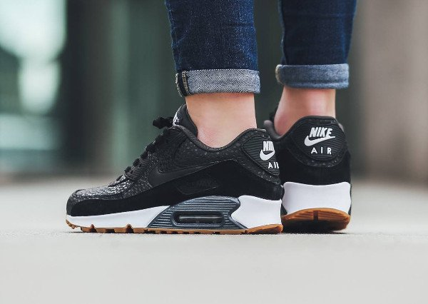 Gros plan sur la Nike Air Max 90 PRM Black Safari Gum