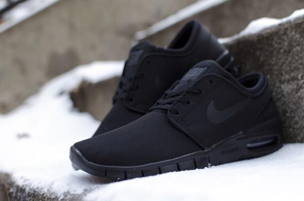 genuine shoes offer discounts recognized brands Gros plan sur la Nike SB Janoski Max Triple Black (Noire)