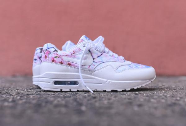 Gros plan sur les Nike Wmns Print Floral Cherry Blossom Sakura