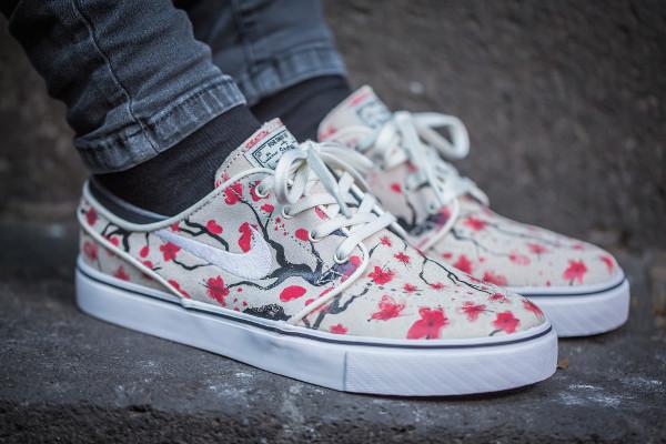 Gros plan sur les Nike SB Janoski Floral Cherry Blossom