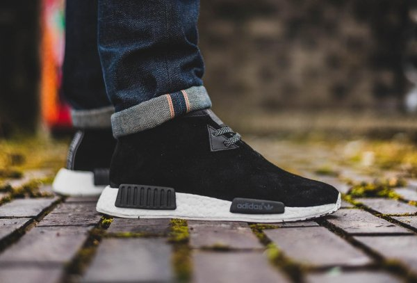 Gros plan sur les Adidas NMD C1 Chukka Boost Suede Black & Red