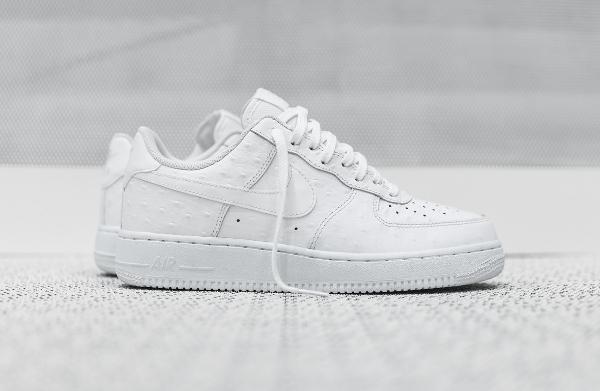 nouveau produit a81a0 d6681 Gros plan sur la Nike Air Force 1 Basse '07 LV8 White Ostrich