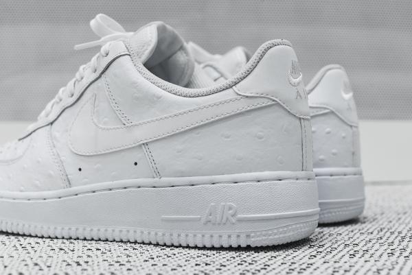 Gros plan sur la Nike Air Force 1 Basse '07 LV8 White Ostrich