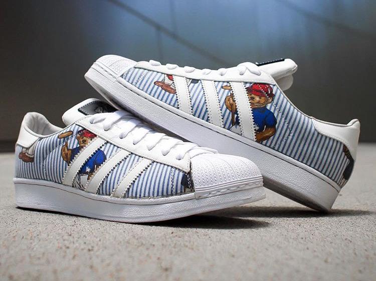 Etai : le pro qui customise les sneakers avec des chemises Versace