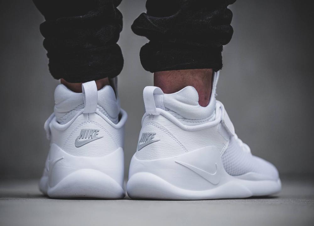 71da18cd16e0 Où trouver les Nike Kwazi  White Pure Platinum     Action Red