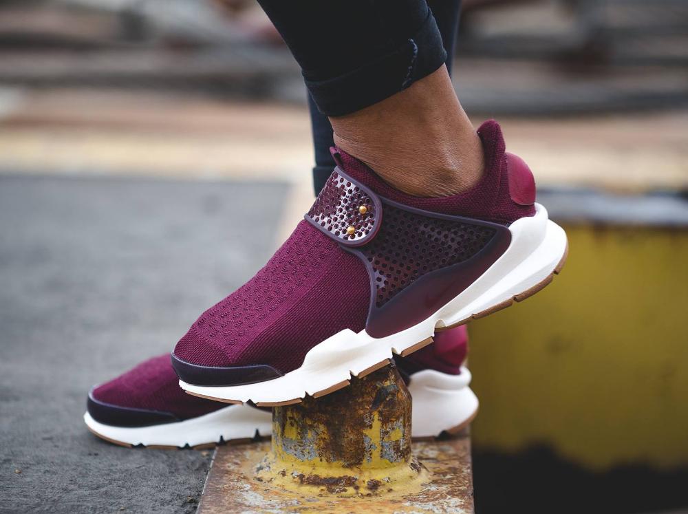 chaussure Nike Wmns Sock Dart SE Night Maroon Gum (femme)