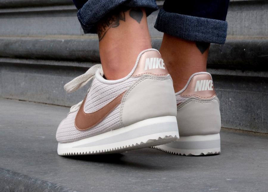 avis-chaussure-nike-cortez-leather-lux-light-bone-metallic-red-bronze-femme-3