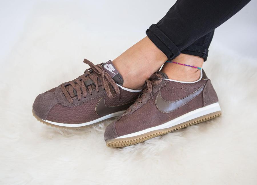 chaussure-nike-cortez-premium-ecailles-de-serpent-marron-femme-1