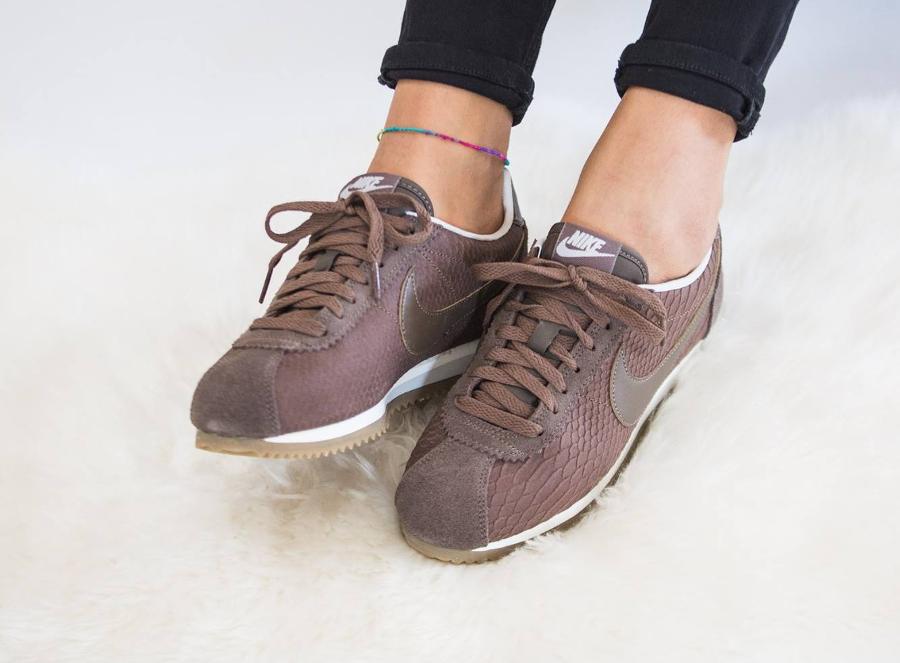chaussure-nike-cortez-premium-ecailles-de-serpent-marron-femme