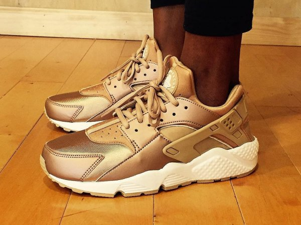 Nike Air Huarache SE 'Metallic Red Bronze'
