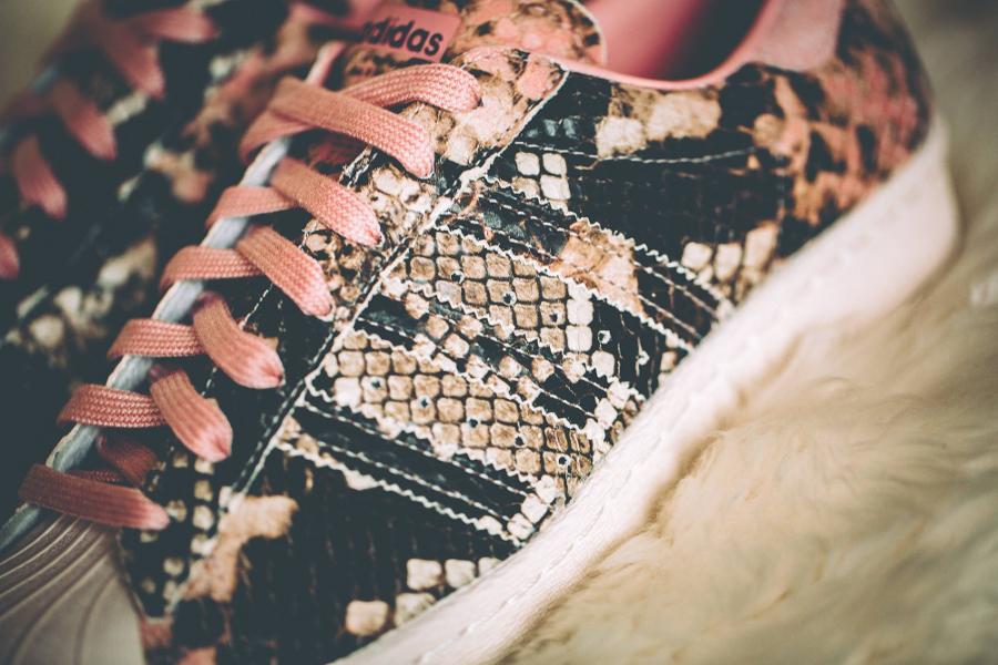 chaussure-adidas-superstar-80s-femme-peau-de-serpent-beige-et-rose-1
