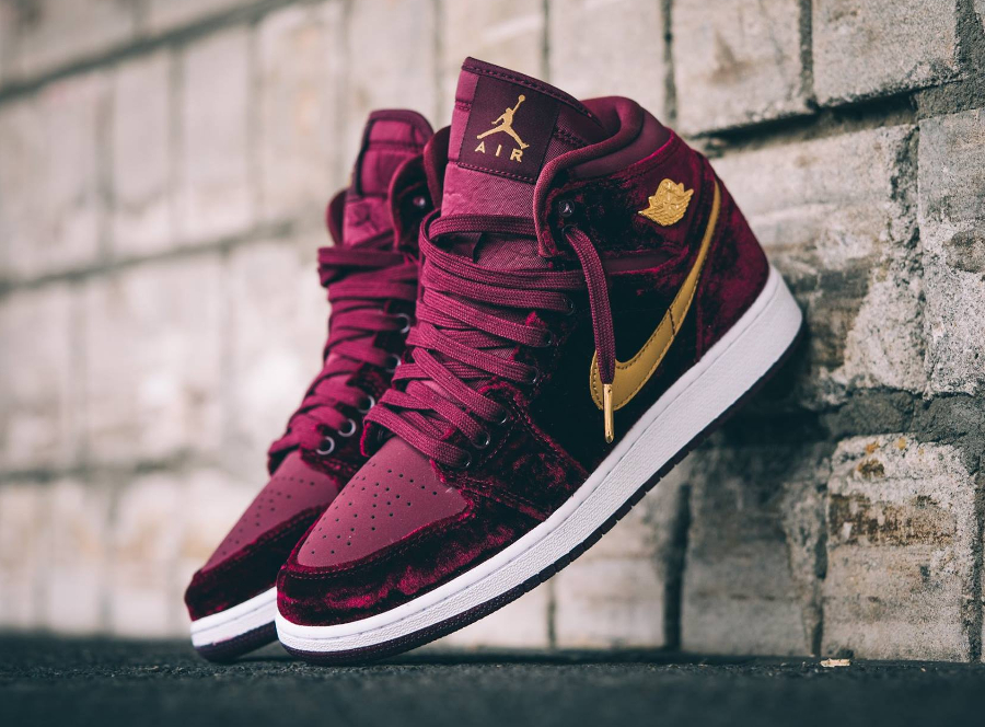 chaussure-air-jordan-1-retro-high-premium-velours-bordeaux-et-swoosh-dore-1