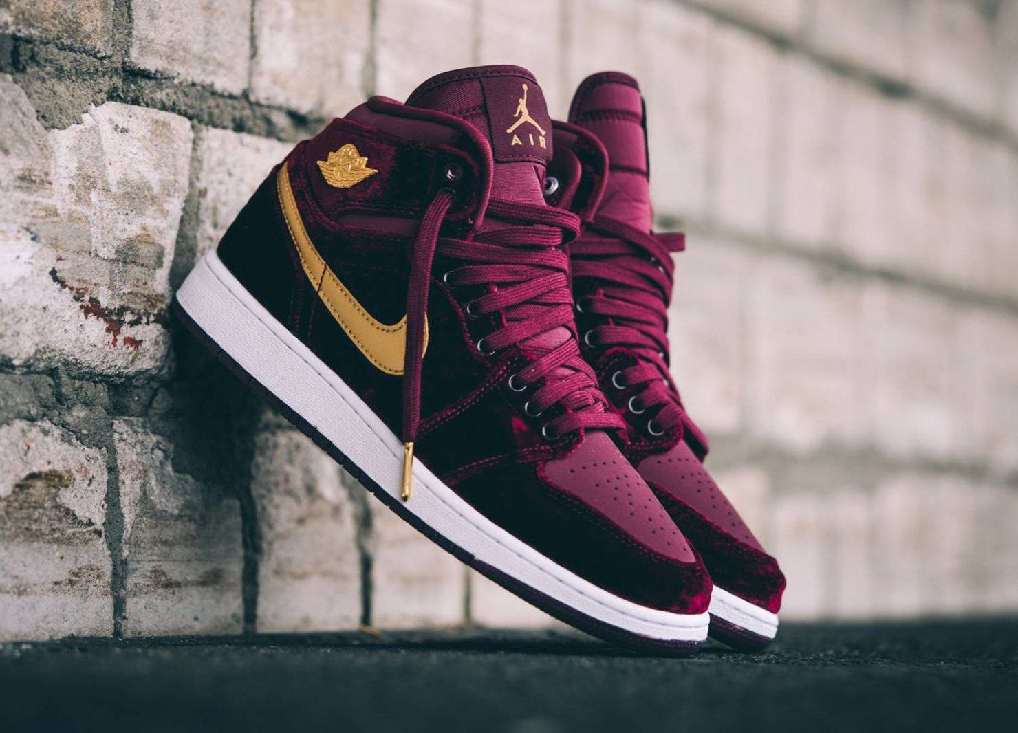 chaussure-air-jordan-1-retro-high-premium-velours-bordeaux-et-swoosh-dore-2