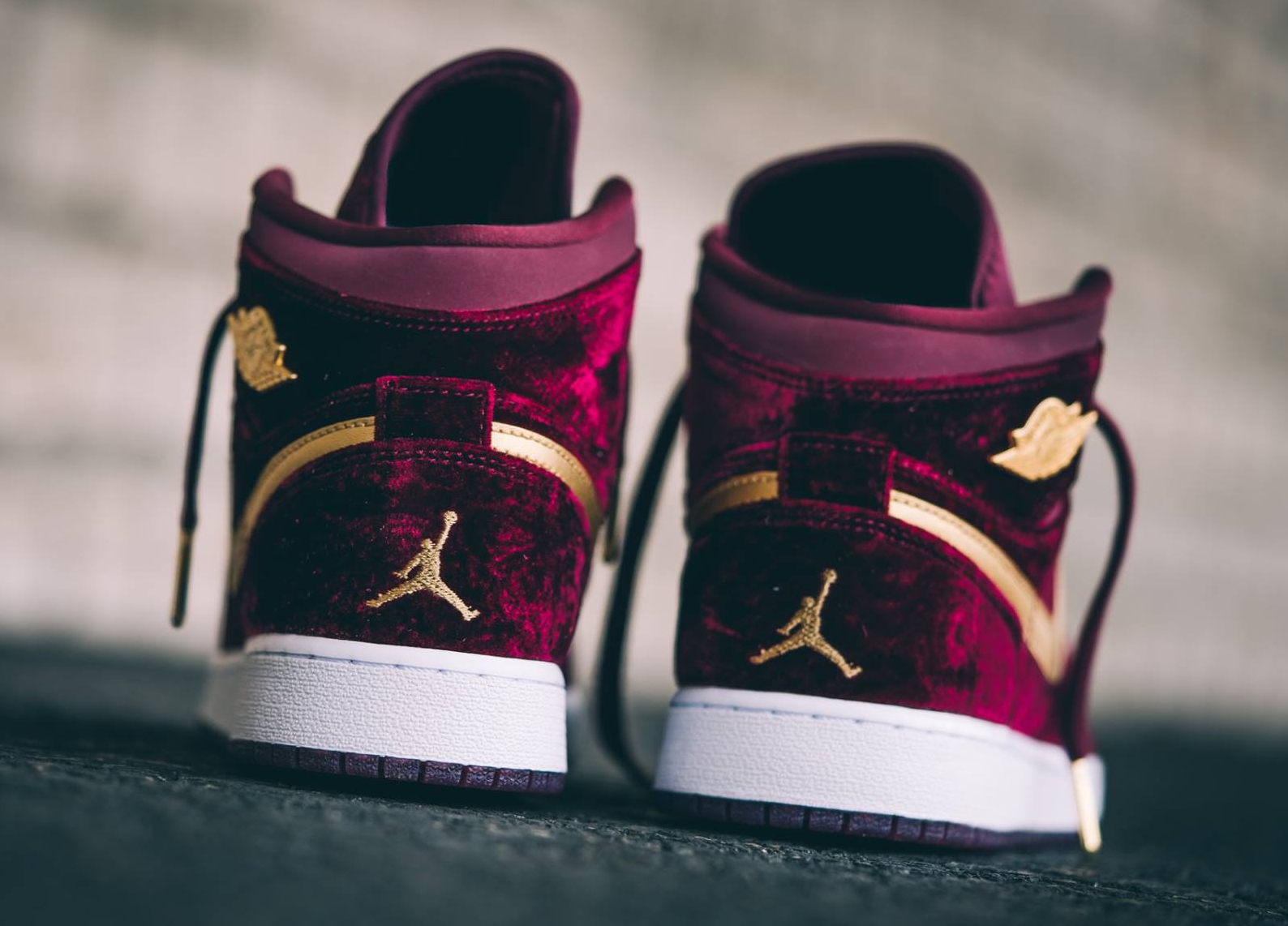 chaussure-air-jordan-1-retro-high-premium-velours-bordeaux-et-swoosh-dore-4