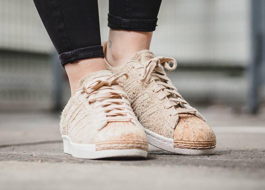 chaussure-adidas-superstar-80s-femme-daim-beige-bout-en-liege-1