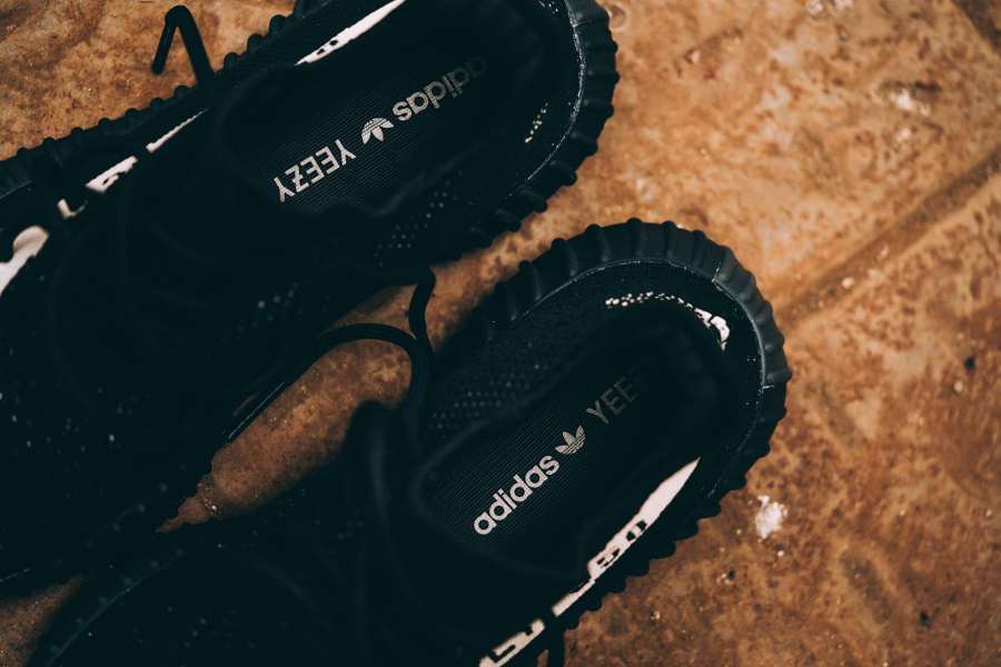 chaussure-adidas-yeezy-350-boost-v2-noire-et-blanche-3