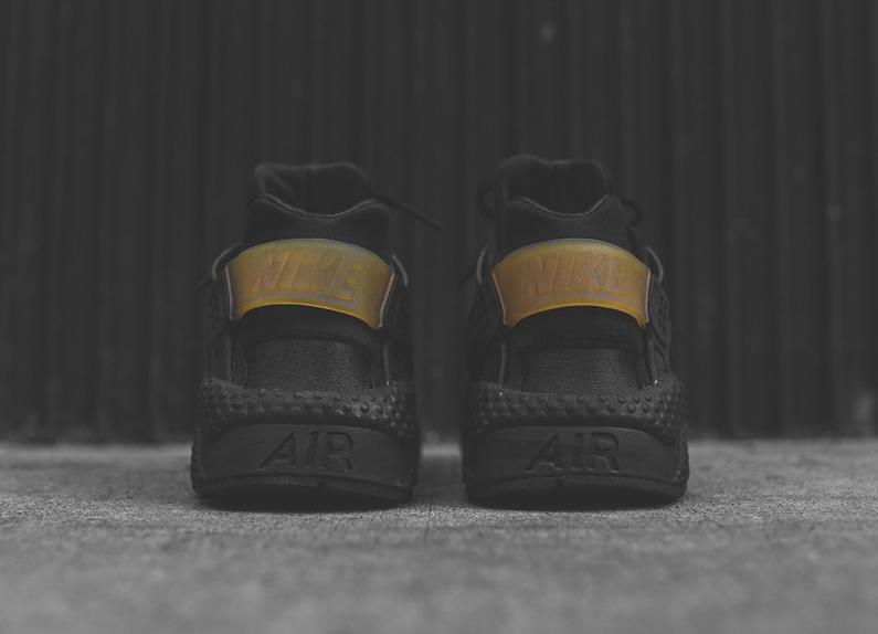 chaussure-nike-air-huarache-run-noire-et-doree-2