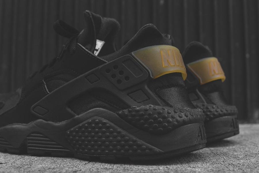 chaussure-nike-air-huarache-run-noire-et-doree-3
