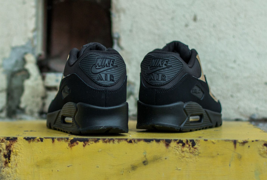 chaussure-nike-air-max-90-essential-noire-metallique-or-2