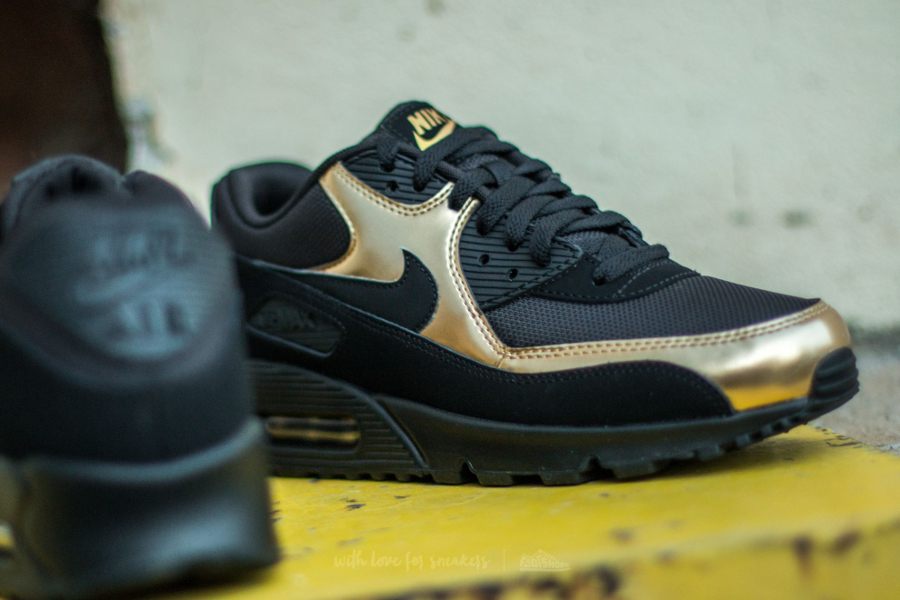 chaussure-nike-air-max-90-essential-noire-metallique-or-4
