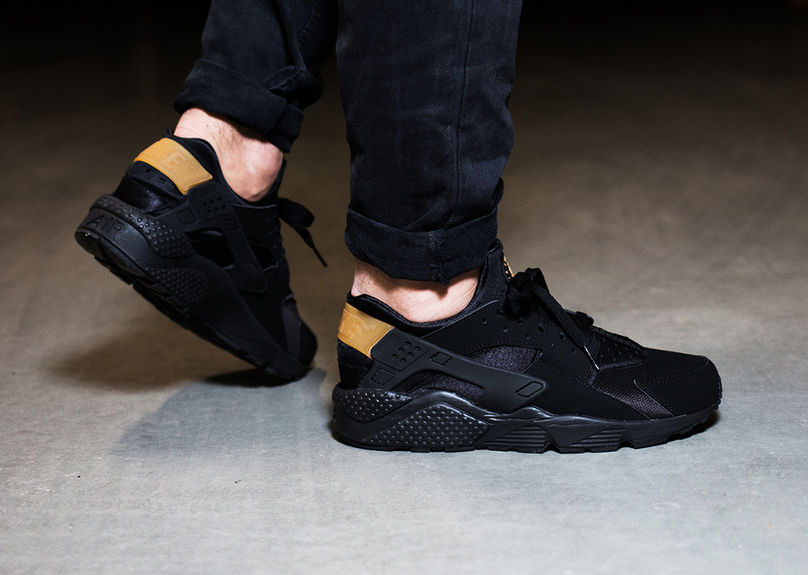 image-basket-nike-air-huarache-black-metallic-gold-laniere-doree-pour-homme