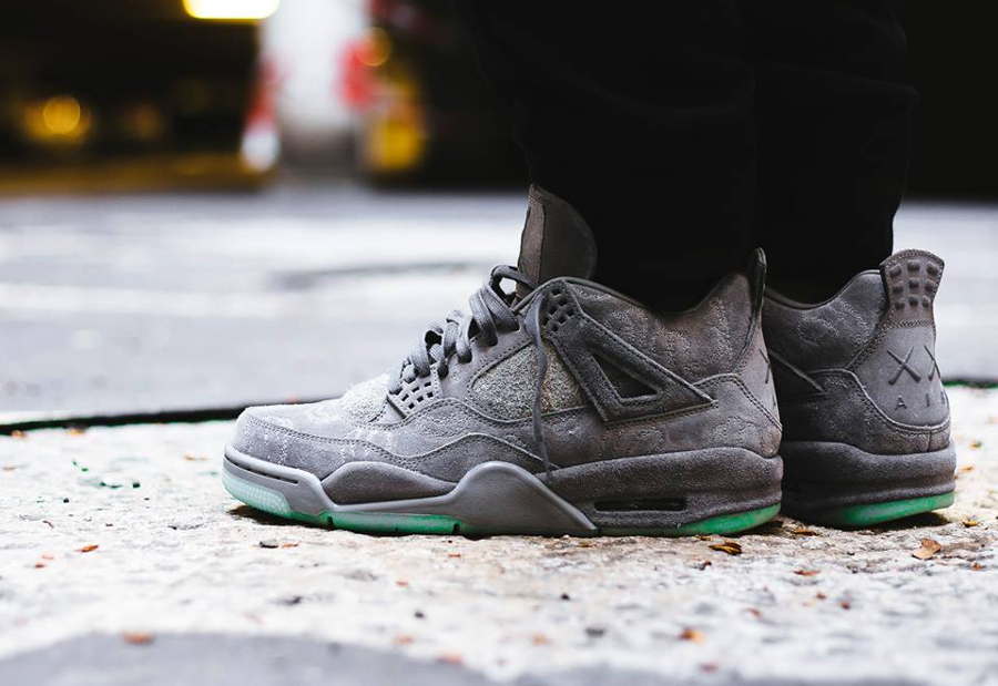 Chaussure Kaws x Air Jordan 4 IV Retro Cool Grey (Glow in the Dark)