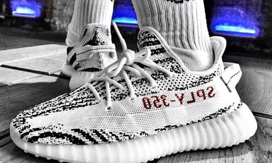 restock-2018-adidas-yeezy-350-boost-v2-blanche-rayures-noires-couv