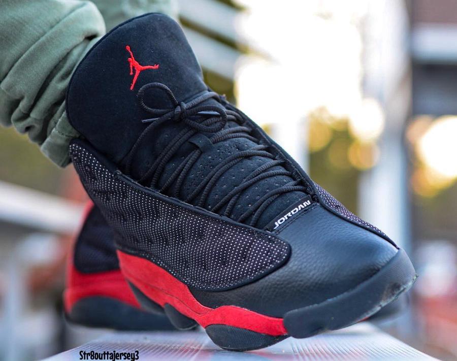 Chaussure AJ13 noire et rouge on feet (2)