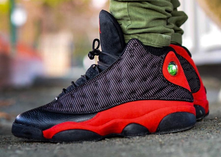 Chaussure AJ13 noire et rouge on feet (3)