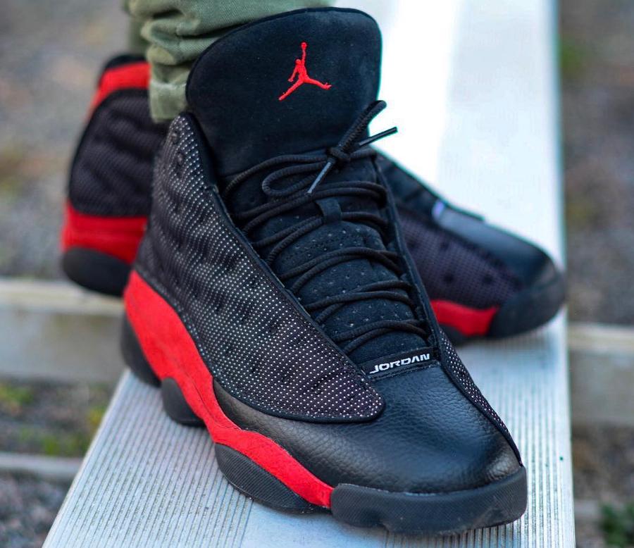 Chaussure AJ13 noire et rouge on feet (4)
