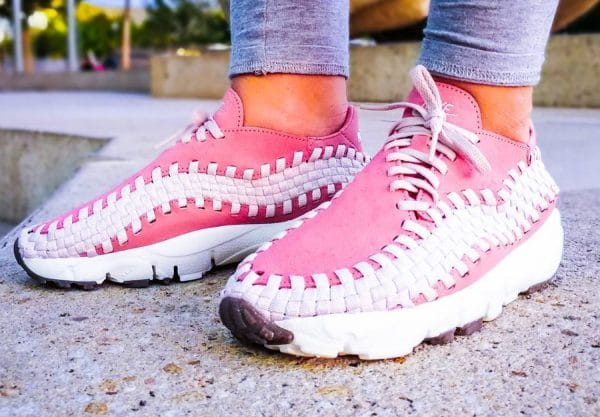 Chaussure Nike Wmns Air Footscape Woven Red Stardust on feet