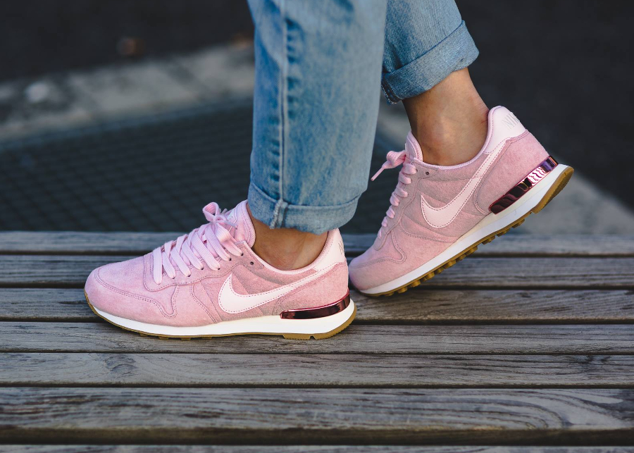 basket-nike-wmns-internationalist-suede-pink-919925 600 (1)