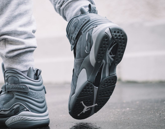 chaussure-air-jordan-8-suede-cool-grey-on-feet (2)