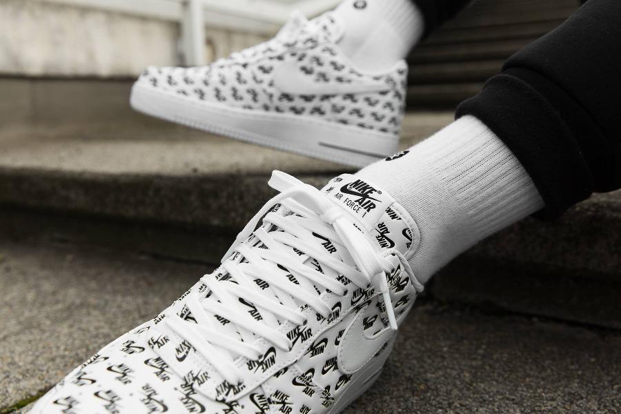 chaussure-nike-air-force-1-07-qs-logo-white-blanche-AH8462-100 (1)