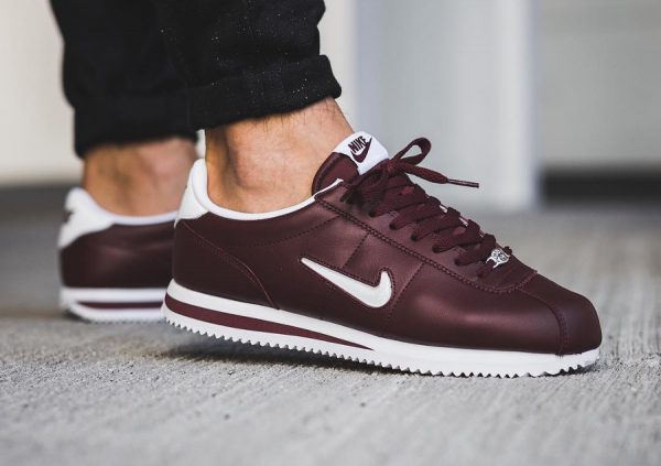 chaussure-nike-cortez-basic-jewel-mini-swoosh-bordeaux-dark-team-red-homme