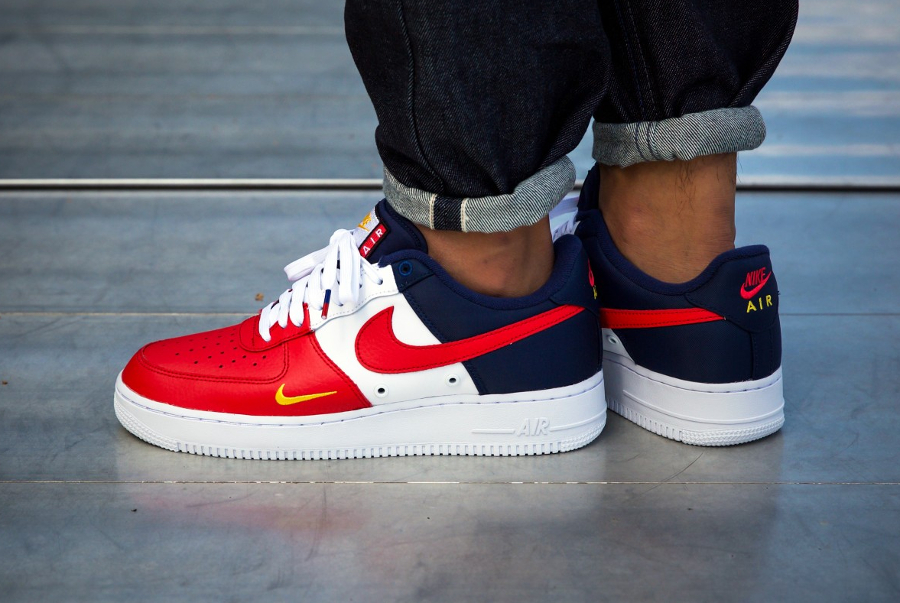528fc30847cb14 Chaussure Nike Air Force 1 Low 07 LV8 Mini Swoosh USA July 4th