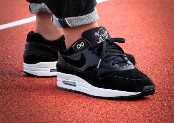 Chaussure Nike Air Max 1 Premium Black Rebel Skulls (tête de mort) on feet