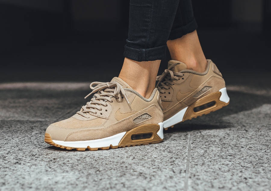 nike air max 90 femme se 39 mushroom gum 39 daim beige. Black Bedroom Furniture Sets. Home Design Ideas