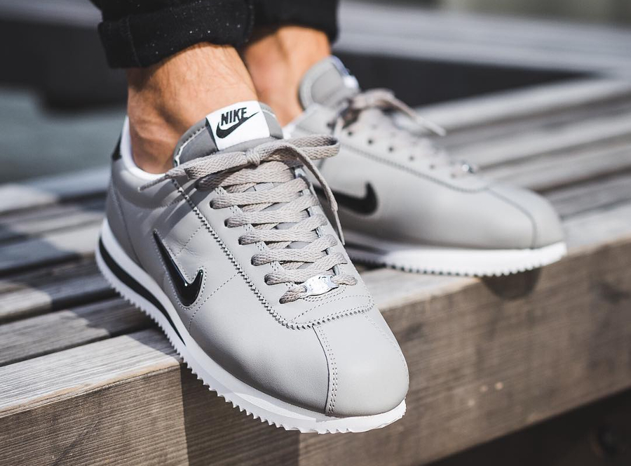 Chaussure Nike Cortez Basic Jewel Grise Dust on feet