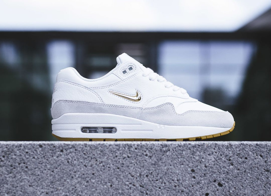 super cheap where to buy running shoes Nike Air Max 1 SC Jewel femme 'Summit White' (Swoosh doré)
