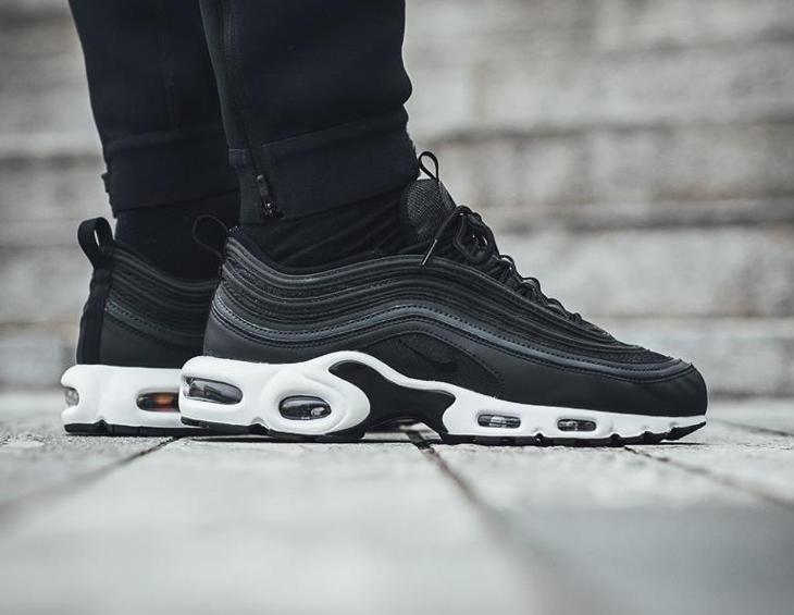 Chaussure Nike Air Max 97 Plus Black on feet