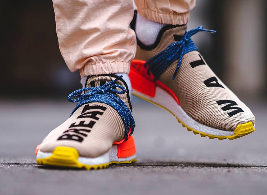 Chaussure-pharrell-williams-adidas-nmd-hu-tr-breathe-walk-on-feet-AC7361 (2)