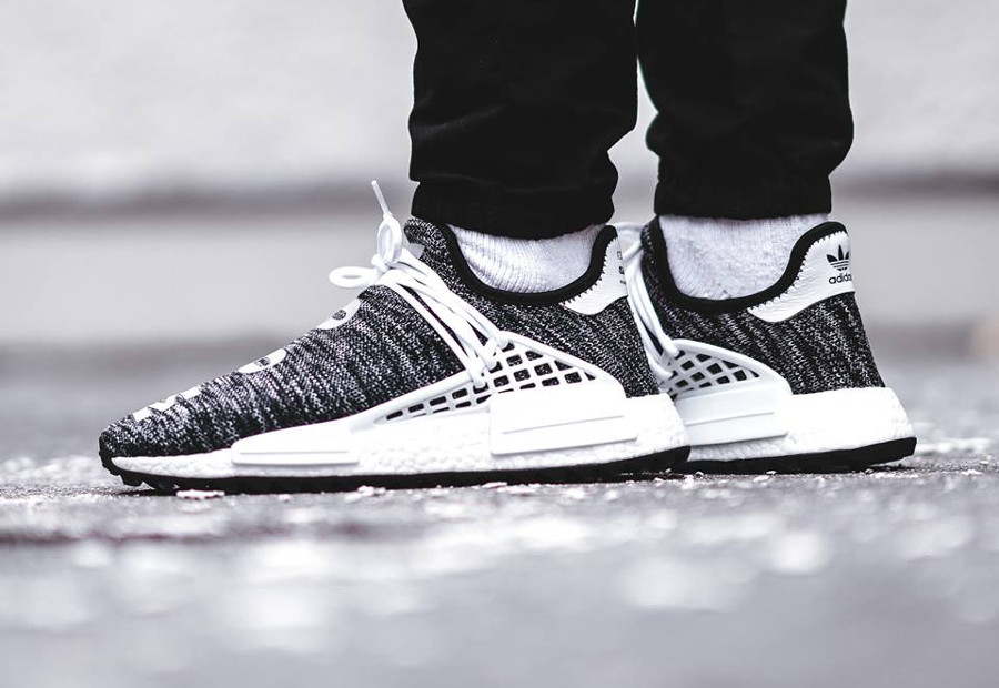 Chaussure-pharrell-williams-adidas-pw-nmd-hu-tr-oreo-clouds-moon-on-feet-AC7359 (1)