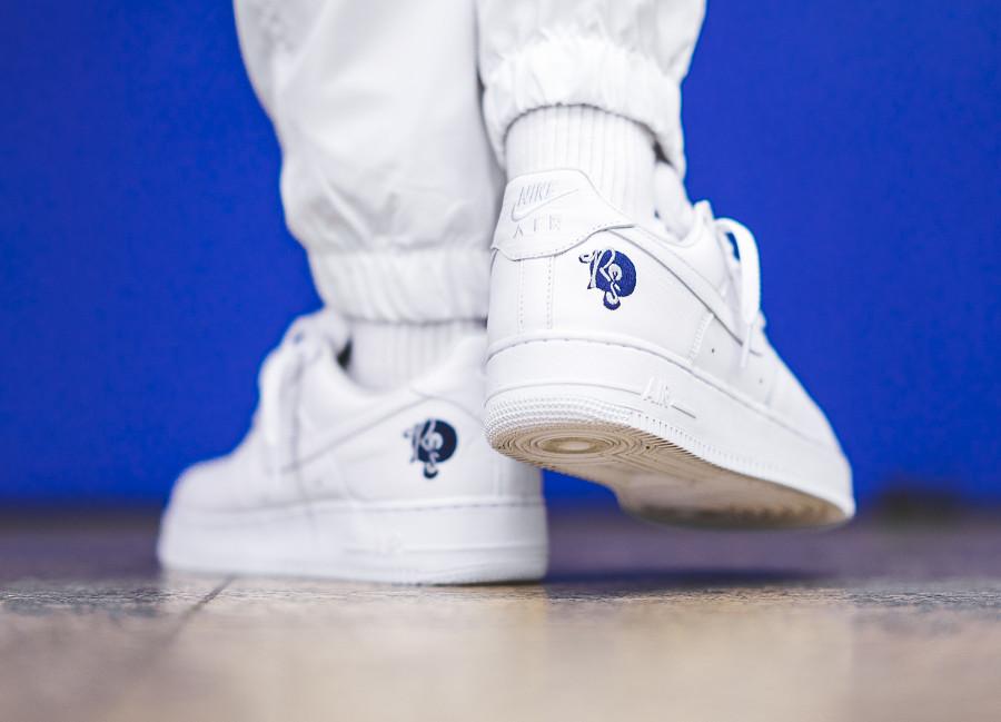 basket-air-force-1-blanche-basse-roc-a-fella-logo-AO1070-101 (4)